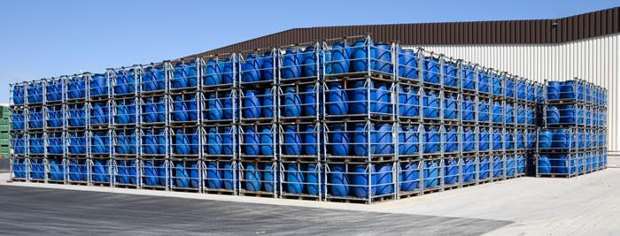 Kunststofffässer vor Halle